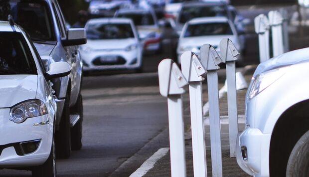 Conforme o texto, terão isenção ao estacionar em qualquer vaga com parquímetro apenas aqueles que portarem o Cartão de Estacionamento de Vaga Especial