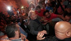 Cercado por simpatizantes, o ex-presidente Luiz Inácio Lula da Silva deixa o Sindicato dos Metalúrgicos do ABC, em São Bernardo do Campo (SP) (Reuters/Leonardo Benassatto/Direitos Reservados)