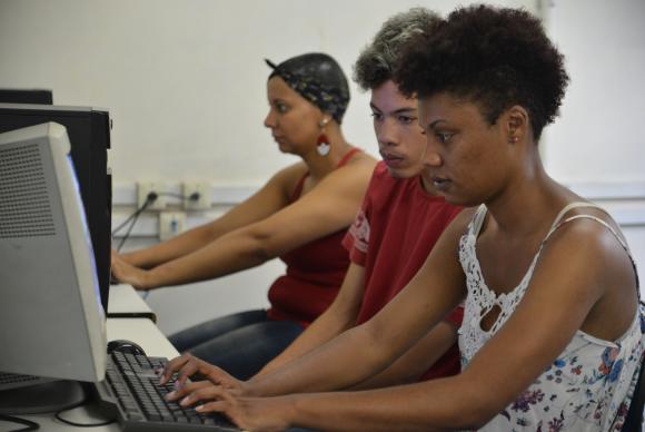 São Paulo - Josiane dos Santos, coordenadora do grupo de informática da Associação da Casa dos Meninos, Fabrício Silva Santos, da equipe do grupo de estudos, e Daiane Araújo, presidente da associação