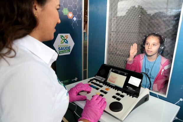 Estudante faz exame de audiometria