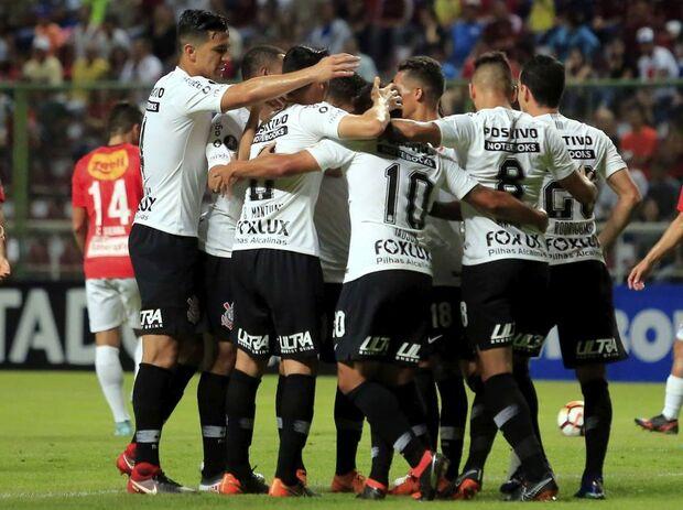 Equipe comemora gol de Jadson sobre o Deportivo Lara