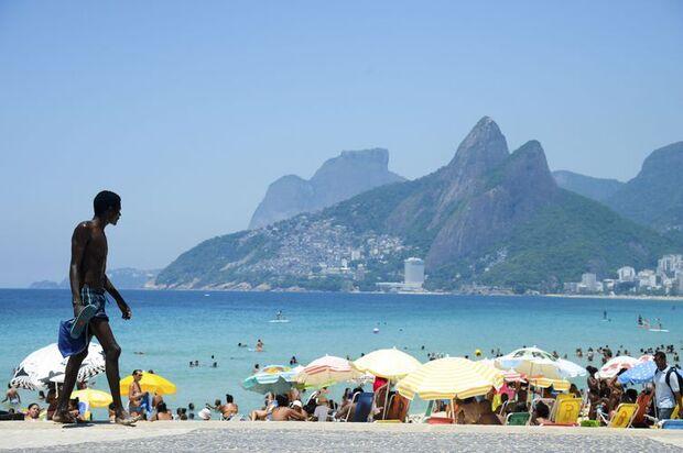 Mais de 4 mil turistas desembarcaram hoje (6) no Píer Mauá, na zona portuária do Rio. A maioria veio ao Brasil para acompanhar os jogos da Copa do Mundo, que começam no próximo dia 12 (Tânia Rêgo/Agênci