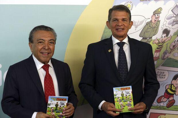 O Ministro da Defesa, Joaquim Silva e Luna e o escritor Mauricio de Souza, durante o lançamento do almanaque A Turma da Mônica e a Indústria de Defesa. /Antonio Cruz/Agência Brasil