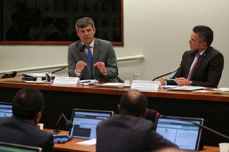 O ministro de Transportes, Portos e Aviação Civil, Valter Casimiro Silveira e o deputado Felipe Carreras participam de audiência pública da Comissão de Turismo para falar sobre o novo Modelo de Concessão de Aeropor