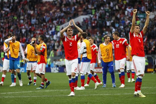 Jogadores da Russia comemoram após vitória sobre a Arábia Saudita/Yuri Kochetkov/EFE/Direitos Reservados