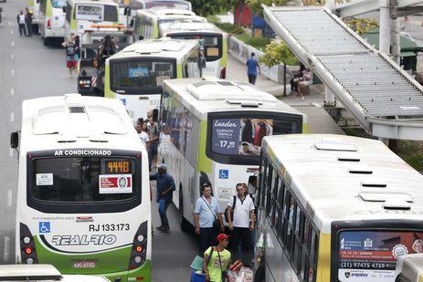Rodoviários do Rio fazem paralisação. Vários ônibus ficam parados na Avenida Brasil com os pneus furados./Tânia Rêgo/Agência Brasil