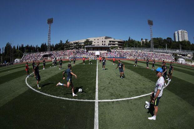 Cerca de 4 mil torcedores estiveram presente na arquibancada do campo do Centro de Treinamento da Seleção Brasileira, em Sochi/Direitos reservados/Lucas Figueiredo