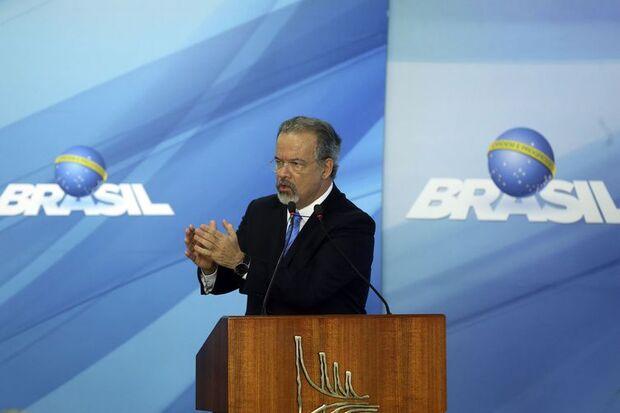 O ministro da Segurança Pública, Raul Jungmann, discursa na cerimônia de sanção da lei que cria o Sistema Único de Segurança (SUSP), no Palácio do Planalto./Valter Campanato/Agência Brasil