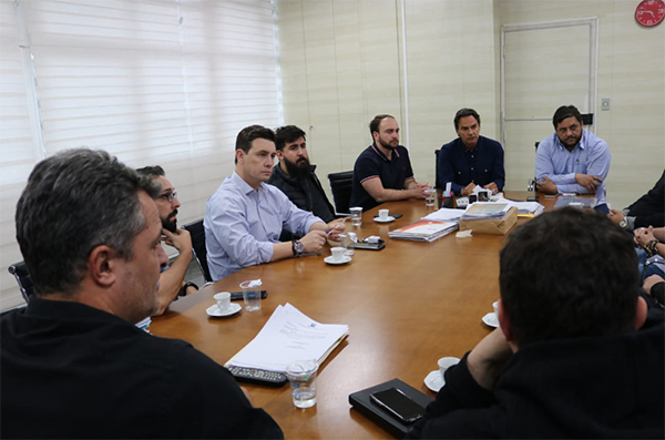 Junto a empresários da área de produção de eventos e casas noturnas, vereadores procuraram o prefeito Marquinhos Trad para discutir a decisão judicial que está inviabilizando a expedição de alvarás, em função do volume do som.