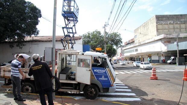 Nesta sexta-feira (13), técnicos da Agetran trabalham na sinalização do cruzamento das ruas Joaquim Nabuco e Dom Aquino, em frente à antiga estação rodoviária