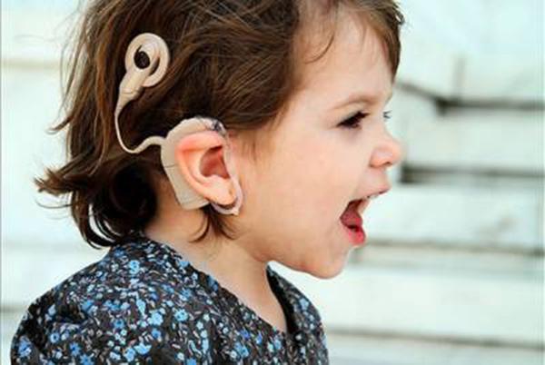 Reconhecida desde 2002, a linguagem de libras é a forma mais comum para que surdos se comuniquem.