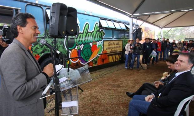 Prefeito Marquinhos Trad (PSD) e ao fundo, o ônibus que comercializará produtos de assentamentos na Capital
