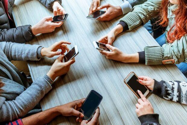 A dependência de aparelhos de tecnologia eletrônica é conhecida como Nomofobia