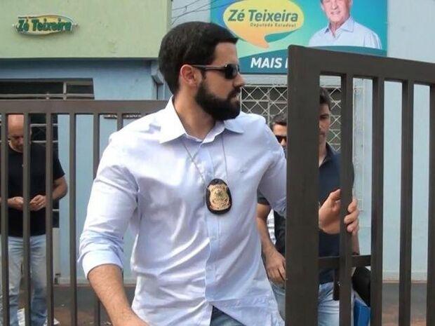 Policiais deixam escritório de Zé Teixeira na Avenida Weimar Gonçalves Torres, centro de Dourados