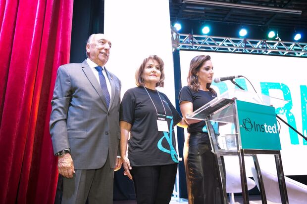 Família Chaves no palco durante abertura oficial da Faculdade Insted