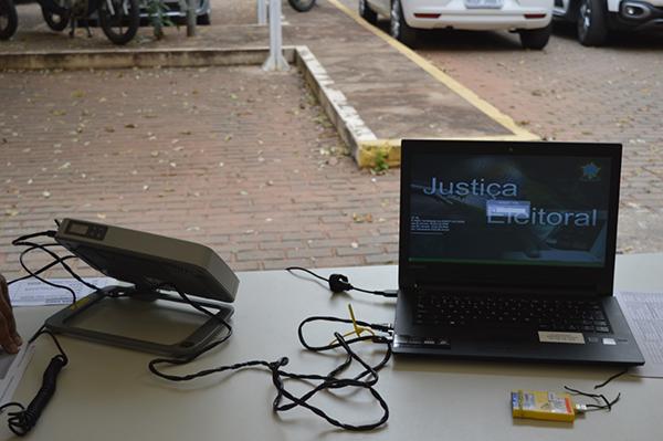 O equipamento é utilizado para a transferência dos dados em locais distantes e de difícil acesso, onde não há internet ou a conexão é considerada ruim para a operação.