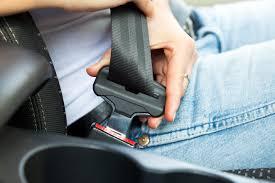 Proteção vital em caso de acidente, o cinto de segurança é de uso obrigatório tanto no banco da frente quanto no de trás