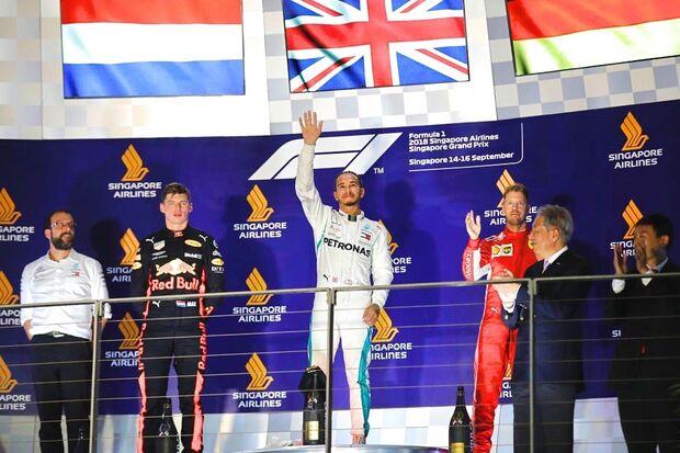 Hamilton comemora vitória em Cingapura, com Verstappen em segundo e Vettel em terceiro.