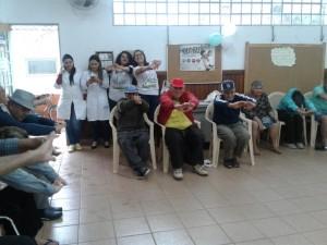 O dia foi de atividades laborais já que os encontros acontecem uma vez por semana e abordam diversos assuntos relacionados à doença, como tratamento e autocuidado com face, mãos e pés