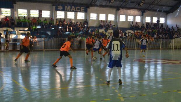 Após a abertura oficial dos atletas com o desfile das equipes participantes, a Funesp inicia a partida de Futsal na categoria A entre as equipes do Colégio Raul Sans de Matos contra Elite Mace