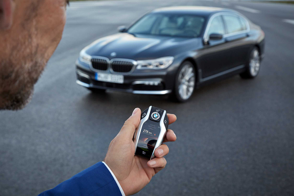 Carregador para carros elétricos sem fio, estacionamento por controle remoto, comando de voz e gestos para interagir com o carro