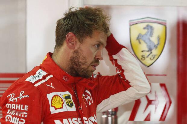 Sebastian Vettel se frusta por conta da pole position de Lewis Hamilton.