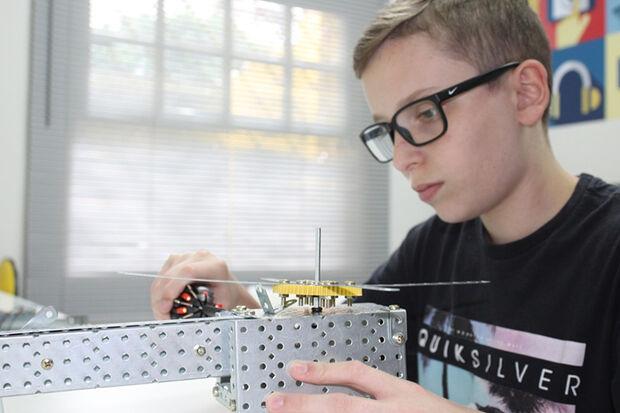 Quando matriculou o filho Rodolfo em uma escola de robótica e programação, Camila Infantini nem imaginou que o filho, de apenas 13 anos, poderia auxiliar em projetos desenvolvidos pela empresa de sua família, especializada em manutenção de equipamentos mé