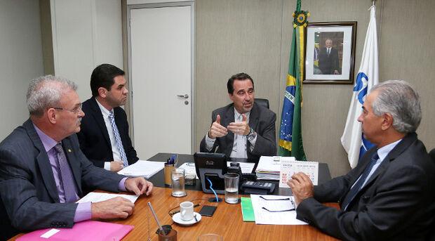 Também nesta quarta-feira, em Brasília, Reinaldo Azambuja e o secretário de Estado de Saúde, Carlos Alberto Coimbra, garantiram a vinda de três caminhonetes, que serão usadas para as ações de vigilância em saúde em Campo Grande