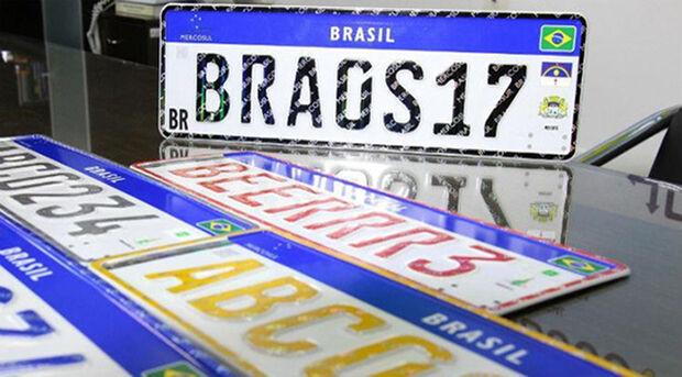 O primeiro modelo apresentado teria uma faixa azul, com o símbolo do Mercosul, o nome e a bandeira do país