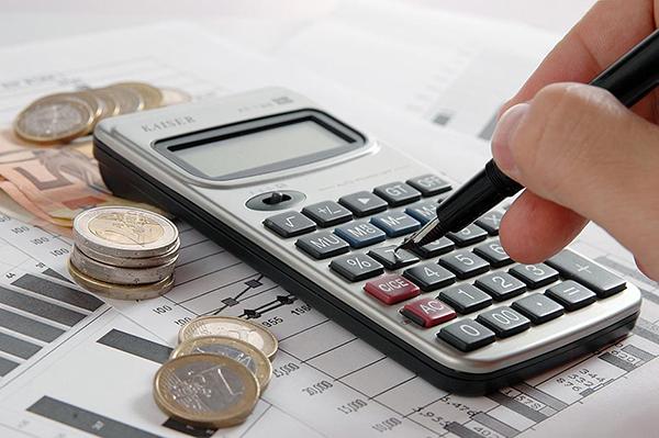 As dividas são compromissos como cheques pré-datados, cartões de crédito, carnês de lojas, empréstimo pessoal, prestações de carro e seguros