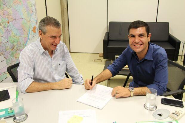 Em reunião com o tucano, Jamilson não só anunciou o apoio, como também assinou o documento que já conta com a assinatura de outros 18 deputados