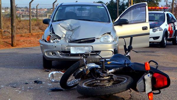 Os pedestres e ciclistas são responsáveis por 26% de todas as mortes no trânsito, enquanto os motociclistas e passageiros por 28%