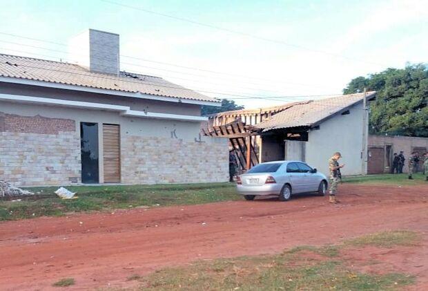 Cerca de 30 homens fortemente armados atacaram três residências e carros na cidade de Ypejhú, na fronteira com Paranhos (MS)
