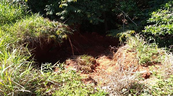 """Os sedimentos da atividade agrícola foram parar no leito do córrego conhecido como """"Falha do padre"""""""