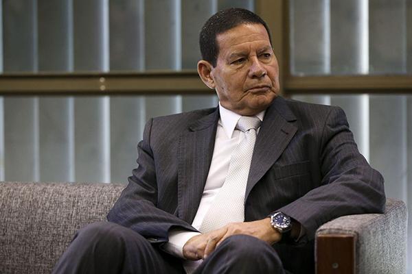 O vice-presidente da República, Hamilton Mourão, disse que o governador do Ceará, Camilo Santana (PT), é responsável pela crise de segurança pública no Estado