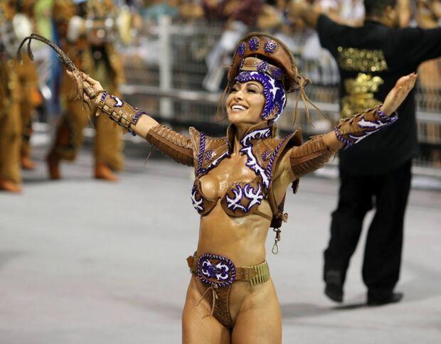 Sabrina Sato durante desfile da Gaviões da Fiel no carnaval de 2017.  Sabrina Sato durante desfile da Gaviões da Fiel no carnaval de 2017