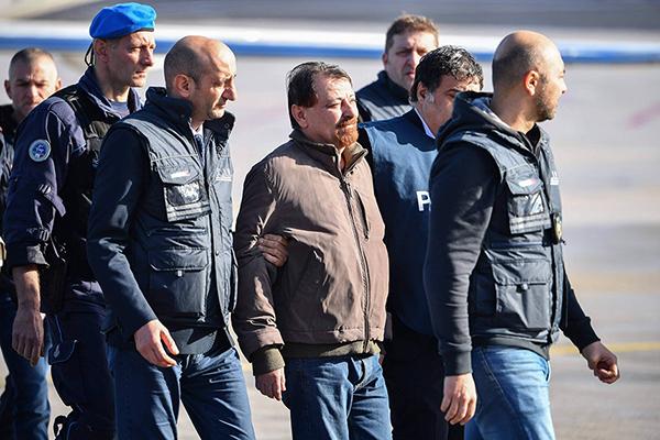 Logo depois, Battisti foi levado para a prisão de Rebibbia, na capital italiana, onde será colocado na ala de segurança máxima para cumprir pena de prisão perpétua