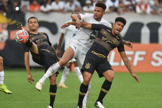 O Santos, que pressionava mais, era menos efetivo e só conseguiu ser perigoso em lance de bola parada e com a ajuda da zaga do adversário