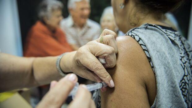 Manter a Caderneta de Vacinação de crianças e adolescentes atualizada é uma obrigação dos pais e responsáveis com a saúde destes indivíduos, além de promover o bem comum coletivo da população