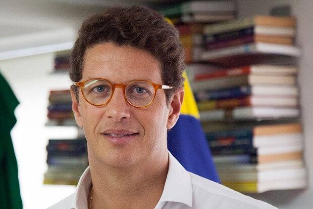 """Salles disse que, """"por hora"""", o Brasil permanece comprometido com a agenda. Entretanto, segundo o ministro, a implementação ocorrerá de forma a evitar prejuízos aos empresários brasileiros"""