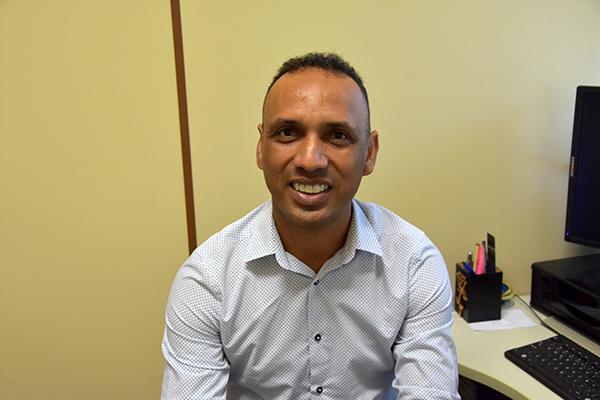 Para assumir a cadeira, ele foi exonerado do cargo que ocupava na Prefeitura de Campo Grande, de subsecretário de Direitos Humanos