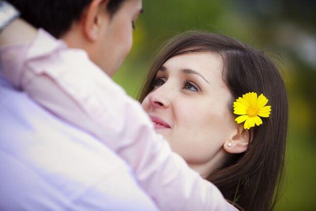 As pessoas têm dificuldade de serem francas, autênticas e verdadeiras em relação a sentimentos. Não conseguem dizer em público ou pessoalmente o quanto ama sua esposa, seu marido, seu filho,  sua filha