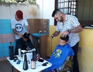Corte de cabelo gratuito foi oferecido durante a ação.