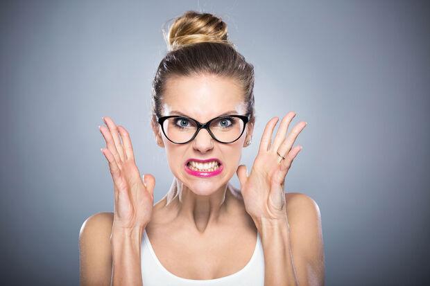"""Para quem acha que tensão pré-menstrual é """"frescura"""", é importante saber que seus efeitos podem até trazer aumento das faltas no trabalho"""