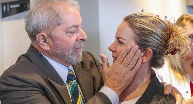 O ex-presidente Lula e a presidente nacional do PT, Gleisi Hoffman