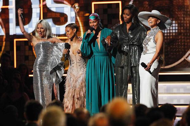 s cinco falaram, brevemente, sobre a importância da música. Seja country, rap ou rock, música nos ajuda a dividir, seja nossa dignidade ou dor, nossa esperança ou alegria, disse Obama