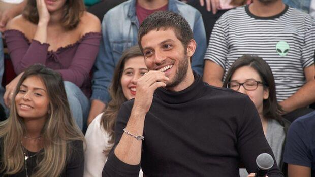 No programa, o apresentador parabenizou Chay pelo casamento com a atriz Laura Neiva. O dois celebraram a união no último dia 2 em uma cerimônia íntima em São Paulo