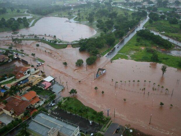 A Defesa Civil orienta a população a não enfrentar o mau tempo e evitar manter aparelhos eletrônicos ligados à energia