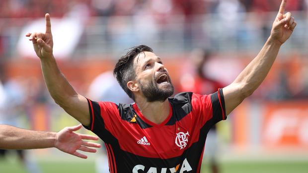 O meia destacou ter um sobrinho que atua pelo sub-14 do Flamengo. E lembrou que o contato entre os profissionais e os jovens das divisões de base é constante