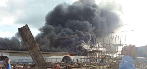 Enquanto bombeiros militares combatiam o fogo dentro do galpão, funcionários da brigada mantida pela empresa no local atuaram na área externa
